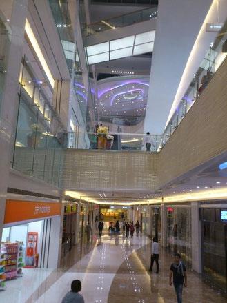 新しくなった「金地広場」は明るくなり、高級ブランドから流行ブランドに。「ZARA」もまもなくオープン。