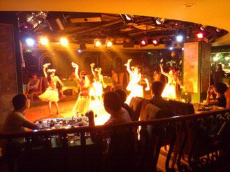 20時からは中央のホールでショーが始まります。内陸系のダンスショーっていう感じですね。キレイなお姉さんたちが踊りまくります。