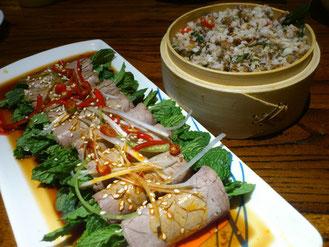 「傣味拌鱼松」は魚をほぐしたものを和えて作った料理です。左の「薄荷牛肉卷 」はその名の通り、ミントの葉を牛肉で巻いてあります。