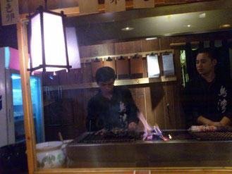 カウンター横のガラス越しにお兄さんが炭火で焼いてくれます。