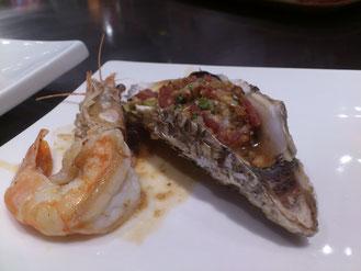ボクのセットは「牡蠣・フィレステーキ・旬の海鮮(今日はエビ)」で78元。牡蠣はニンニクたっぷりソースで。