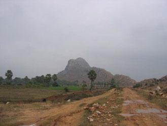 ラフールナガール村は前正覚山のふもとにある。村に向かう途中の前正覚山