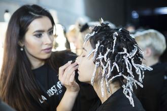 Rahime Sevilen arbeitet auf der Fashion Week bei der Marc Cain Show