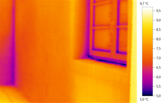 Wärmebild: feuchte Raumecke nach Wassereintrag von außen durch eine defekte Dachrinne