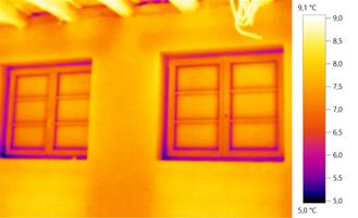 Wärmebild: Ungedämmte ausgekühlte Fensterleibungen führen zu Kondenswasserbildung.