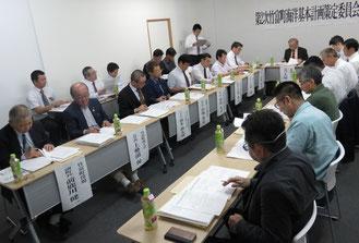第3回第2次竹富町海洋基本計画策定委員会が開かれた=2月28日、竹富町役場