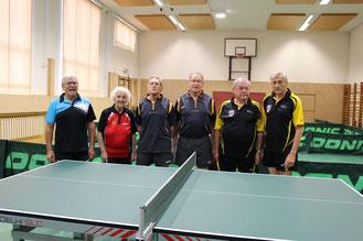 Die Teilnehmer des Bewerbes Senioren 70+ Liga nahmen vor Beginn Aufstellung.