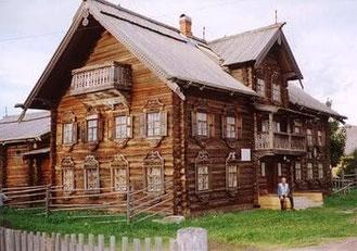 Altes Wohnblockhaus  in Karelien Im östlichen Teil Kareliens, der heute zu Rußland gehört, früher aber ein Teil Finnlands war