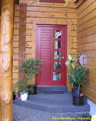 Wohnblockhaus mit hochwertiger Eingangstür in Rot
