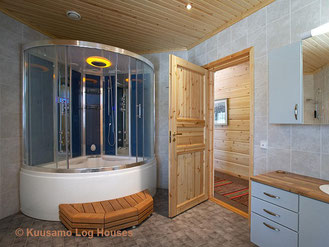Geräumiges Bad mit Landhaustür im Blockhaus - Wellness im Massivholzhaus - Blockhausbau