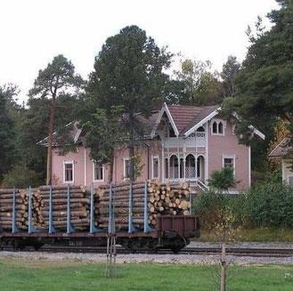 Altes Wohnblockhaus an der Bahnstrecke - Das Blockhaus wurde ursprünglich als Dienstwohnung für die leitenden Bahnmitarbeiter gebaut