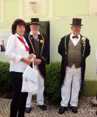 Empfangskomitee vom Lichtmessvorstand vor dem Museum in Glinde