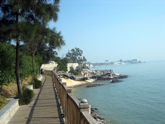 Xiamen. Nach dem Sturm vom Sept 2013 ist von diesem Holzsteg nicht viel übrig geblieben.