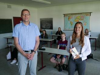 Unser stellvertretender Schulleiter Herr Teller gratuliert der Preisträgerin