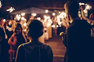 Hochzeit nach individuellen Wünschen, Hochzeitsfeier, abends, Abendstimmung, Feier mit Freunden und Familie