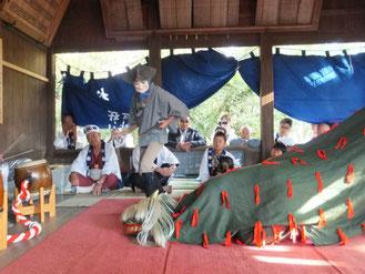 宮出しで獅子舞の奉納(平成24年10月8日午前8時頃松尾神社)