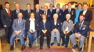 Landrat Willibald Gailler (l. sitzend) und BRK-Kreisgeschäftsführer Klaus Zimmermann (l. stehend) gemeinsam mit den geehrten Mitgliedern; Foto BRK Neumarkt