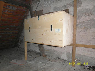 Das Bild zeigt einen neuen Nistplatz in einer privater Scheune.