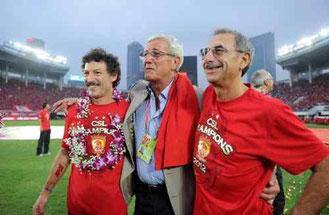 Marcello Lippi con Il Professor Enrico Castellacci (a destra), medico anche della Nazionale Italiana di Calcio, celebrano uno dei successi del Guangzhou Evergrande