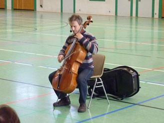 Der Cellist der NDR-Radiophilharmonie Jan Henkel-Rübel spielt etwas auf seinem Cello vor.