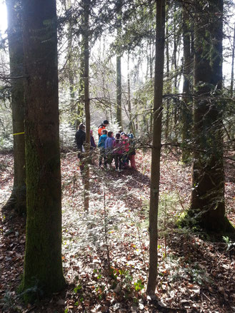Förster mit Kindern im Wald