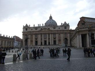 Площадь собора св. Петра в Ватикане и собор фото