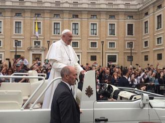 Аудиенция Римского папы на площади св. Петра фото