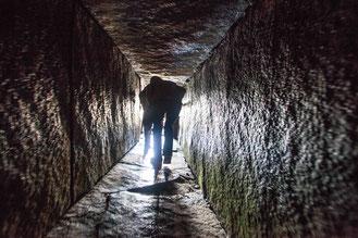 Abbildung: Maes Howe wird durch einen 11 m langen, engen Gang betreten / © Klaus Schindl