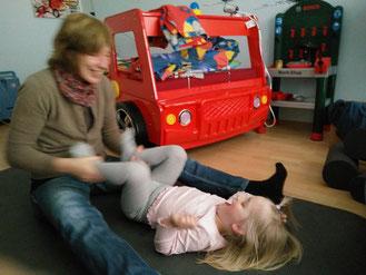 Elke Barelmann bei einer NSB-Sitzung mit einem Kind
