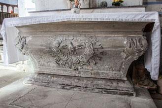L'autel d'origine magnifiquement sculpté est d'une grande valeur