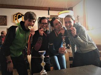 Prüfen ihre Medaillen: Simon Scherer, Sabine Brenner, Christina Lutz (LG Stadtwerke München) und Marina Kugelmann
