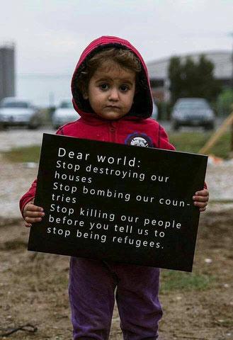 Flüchtlingskind mit Schild