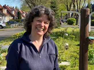 Jutta Dreyer zeigt mir ihre Rettungsinsel für Tiere und Pflanzen in Kattenturm (Foto: 04-2020, Jens Schmidt)