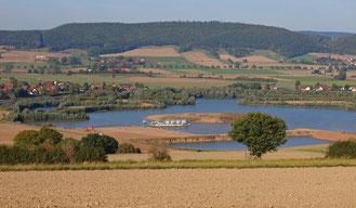 Nicht weit von der Auenlandschaft sind Windenergieanlagen geplant. - Foto: Kathy Büscher