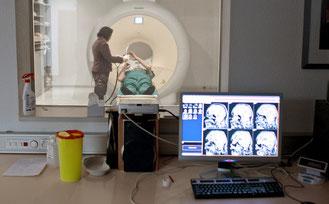 Am Ende zahlt die Krankenkasse. Eine Untersuchung mit dem Kernspintomografen