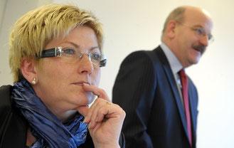 Finanzdirektorin Beatrice Simon. Im Hintergrund Steuerverwalter Bruno Knüsel.
