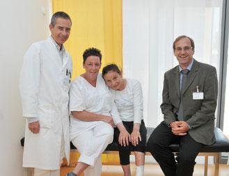 (v.l.) Prof. Dr. med. Marcus Lehnhardt, Svenja Lücke (stellv. Stationsleitung), die  Patientin nach erfolgreicher Operation des linken Fußes und Geschäftsführer Johannes Schmitz  (Foto:  Volker Daum/Bergmannsheil)