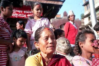 alle schauen bei der Dasain-Prozession gespannt zu