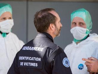 Der stellvertretender Leiter des Instituts für kriminaltechnische Untersuchungen der französischen Gendarmerie spricht mit Forensikern. Foto: Peter Kneffel
