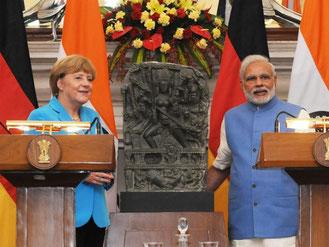 Angela Merkel (l) und Narendra Modi in Neu-Delhi, Indien. Foto: Strnger