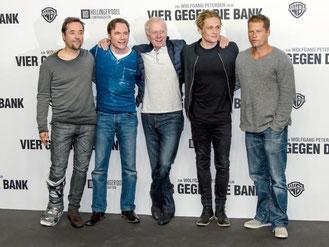 Starauflauf in Berlin: Jan Josef Liefers (l-r), Michael «Bully» Herbig, Wolfgang Petersen, Matthias Schweighöfer und Til Schweiger. Foto: Clemens Bilan