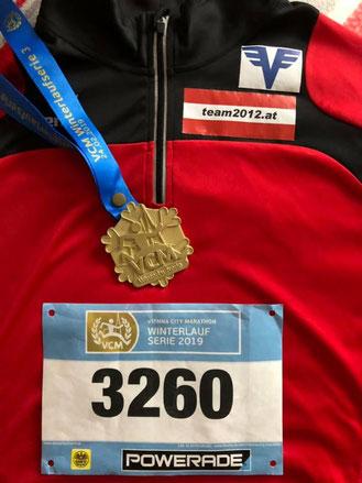 Thomas Rabl präsentiert stolz seine Medaille