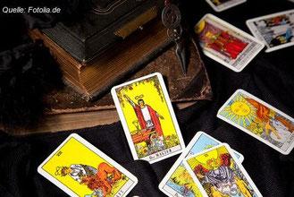 Tarot-Karten haben eine lange Geschichte. Die einen halten Kartenlegen für Humbug, die anderen schwören drauf. Warum?
