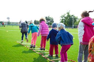 Foto: Kinder bei Sportaktivitäten im Freien
