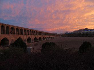 Abenddämmerung an der Si-o-Se Pol Brücke über den ausgetrockneten Fluss Zayandeh Rud in Isfahan