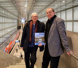 Der Autor Bernd Sikora (rechts) und der Fotograf Peter Franke mit ihrem aktuellen Ausflugsverführer durch Westsachsen.