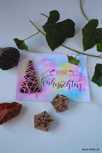 DIY Anleitung für eine selbstgemachte Weihnachtskarte: Tannenbaum mit Garn umwickeln und so eine Karte selbermachen