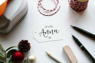 Anleitung um Geschenke hübsch zu verpacken: Geschenkanhänger beschriften mit Lettering