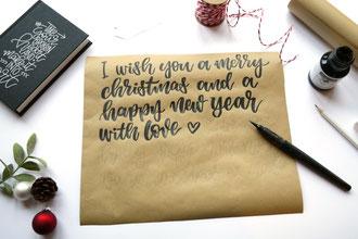 DIY Anleitung um Geschenke hübsch zu verpacken - mit einem Brushpen Handlettering auf das Packpapier