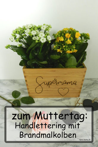 Einfache DIY Geschenkidee zum Muttertag: einen Blumentopf aus Holz mit einem Brandmalkolben belettern - Supermama